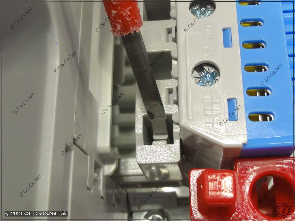 Снимаем шинки на держателе ZK19: отщёлкиваем крепление планки с шинками