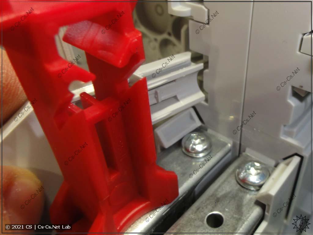 Снимаем шинки на держателе ZK19: его крепления устанавливаются в специальные пазы на корпусе