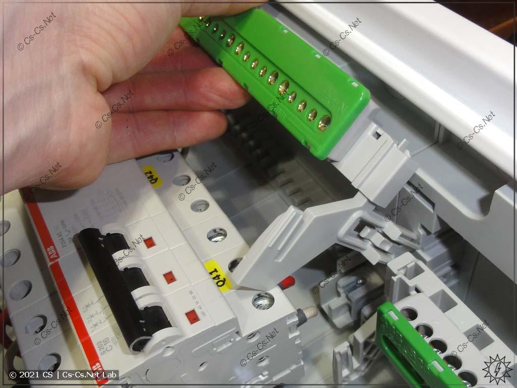 Винтовые шинки N/PE в щите ABB CA на 125 мм между рейками: с другой стороны щита, где расстояние между корпусом и DIN-рейками меньше, держатель ZK19 не влезает