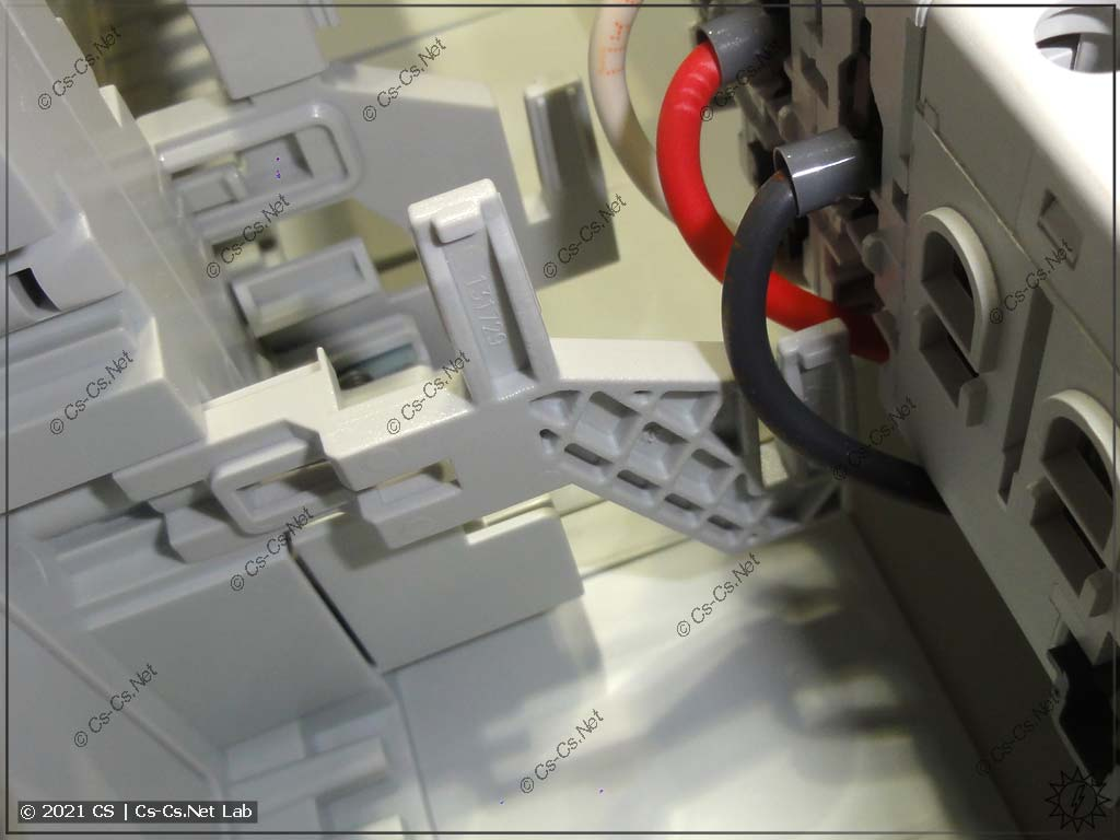 Установка шинок N/PE в щитах ABB CA там, где мало места до DIN-реек: со стороны модульки держатель ZK19 еле-еле влазит