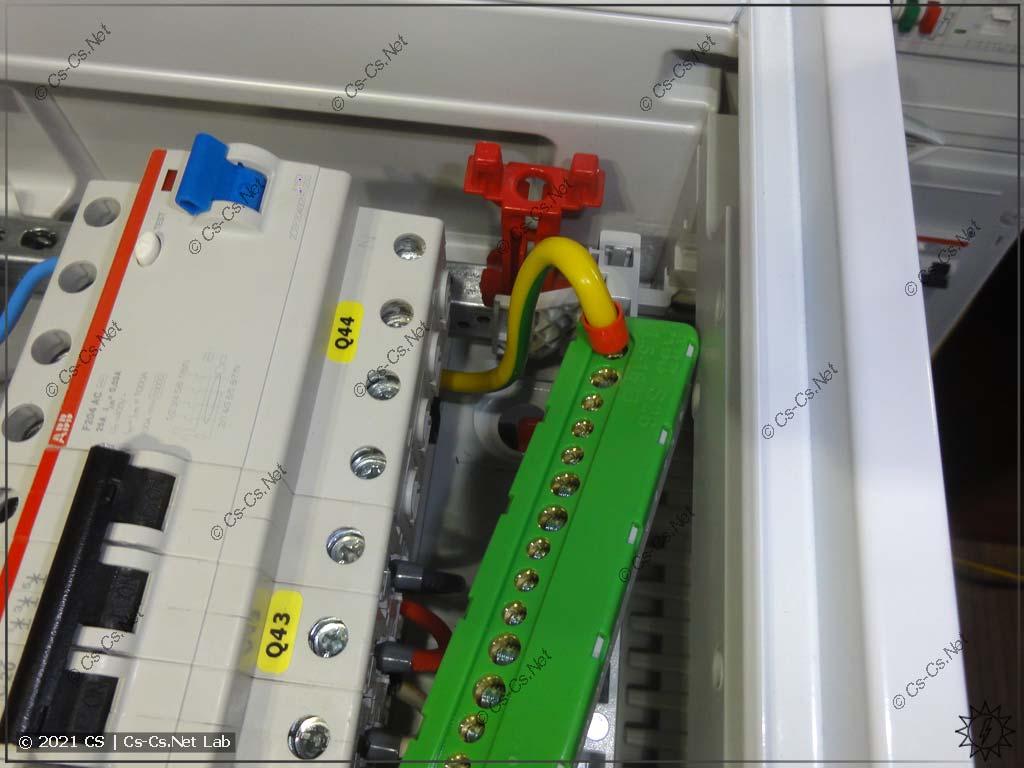 Установка шинок N/PE в щитах ABB CA там, где мало места до DIN-реек: пришлось снять шинку, закрутить провод и потом поставить на место