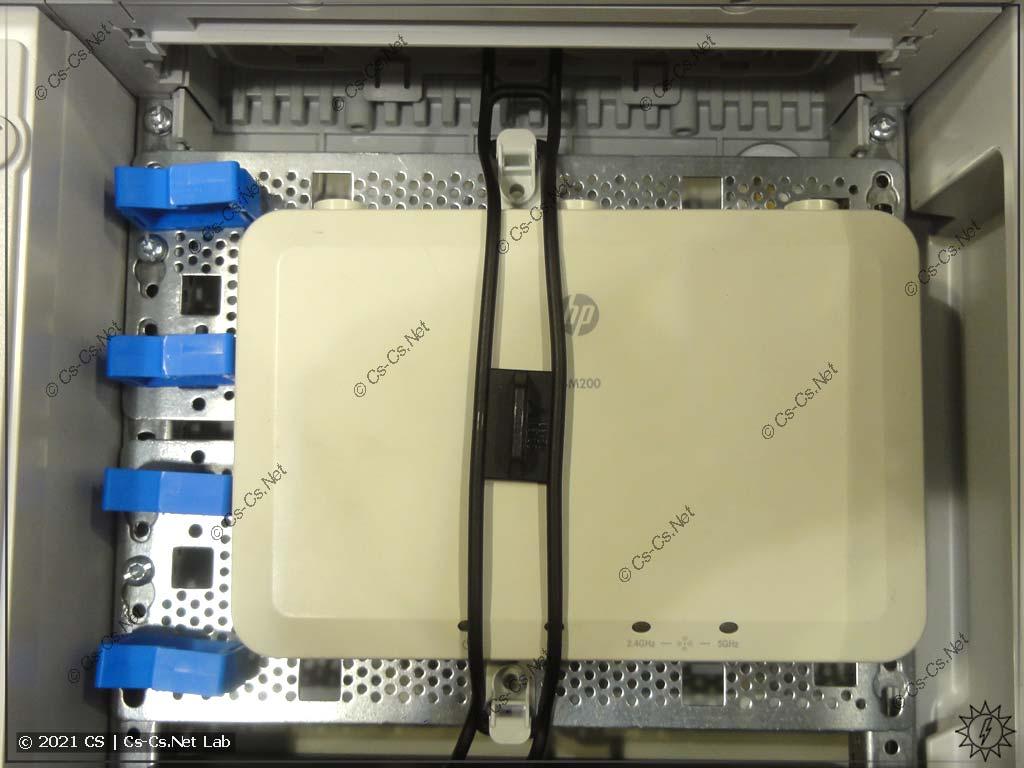 Вариант наполнения панели для СКС/Мультимедиа ABB: Роутер, закреплённый при помощи ZX340, и держатели проводов ED44P10