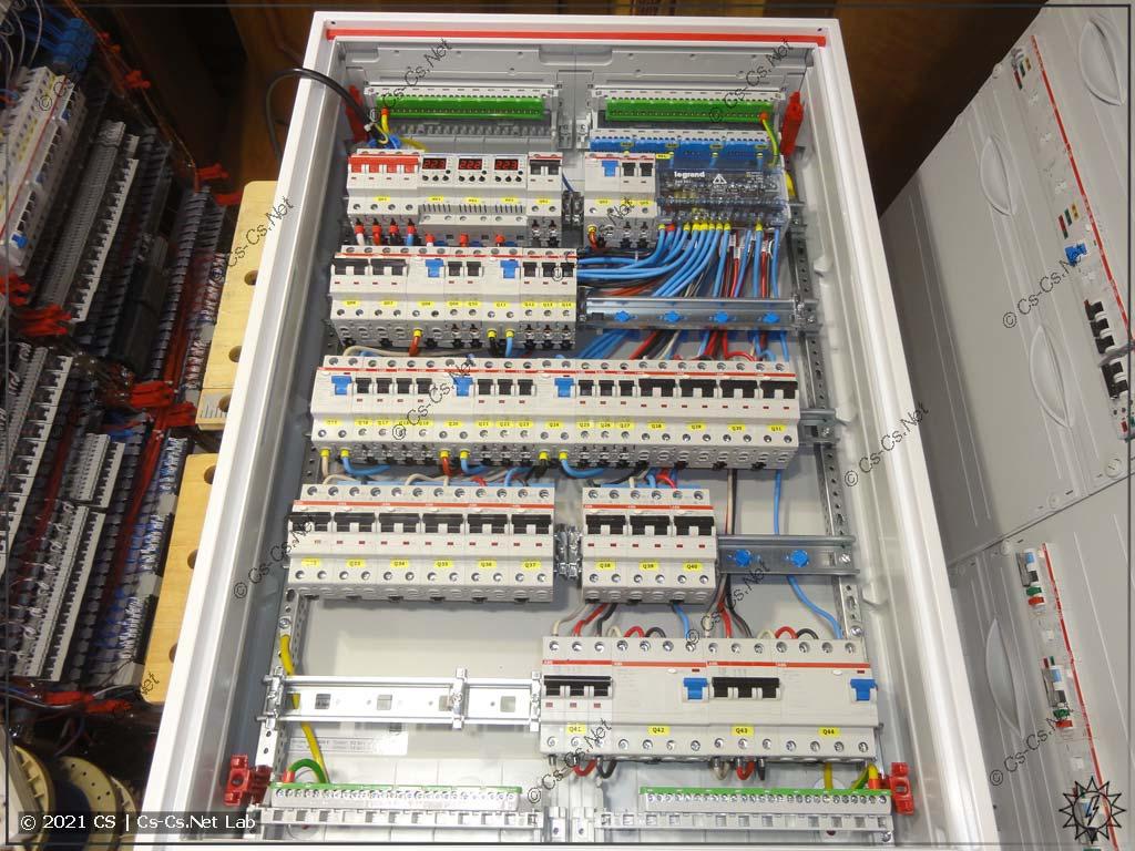 Сборка щита в Петушки (ABB CA25VZRU): Рама с модулькой стоит в корпусе. Около кросс-модуля оставлена свободная DIN-рейка