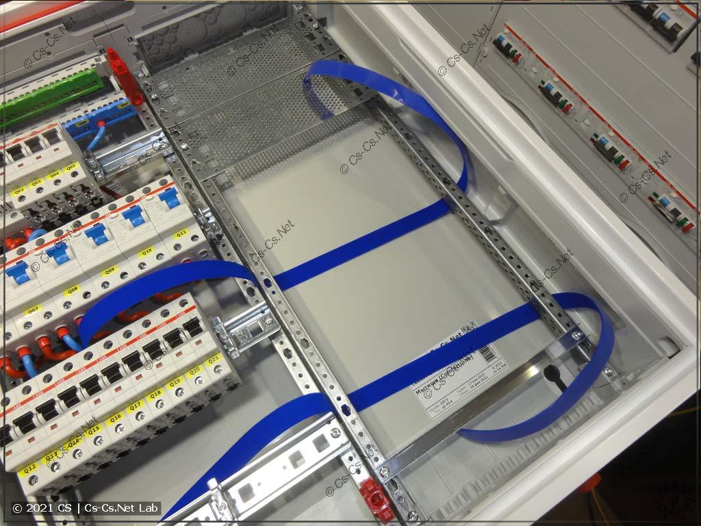 Сборка щита в Мытищи (ABB CA24VMW): UPS в медиапанели будет фиксироваться при помощи гибких липучек Hyperline