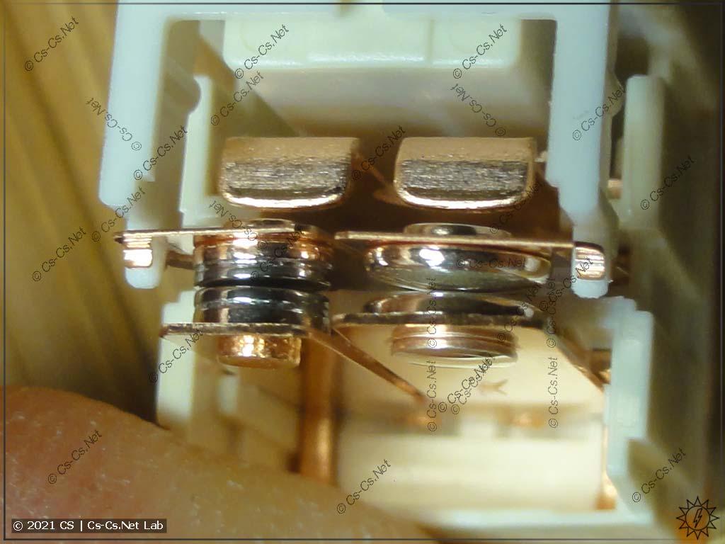 Устройство реле RTS3Txxx с двойным контактом, стойким к стартовым токам (W pre-make + AgSnO2): замкнута тугоплавкая вольфрамовая часть контакта