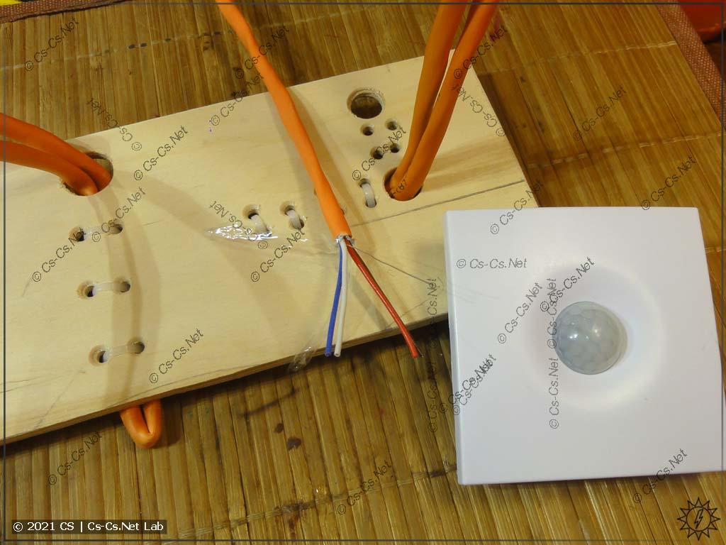 Тестовая фанерка с кабелями для RS-485. Будем проверять то, как монтируется WB-MSW v3 на ровную стену