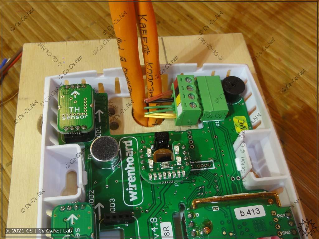 Кабели RS-485 (правильные) заняли всё монтажное отверстие датчика WB-MSW v3