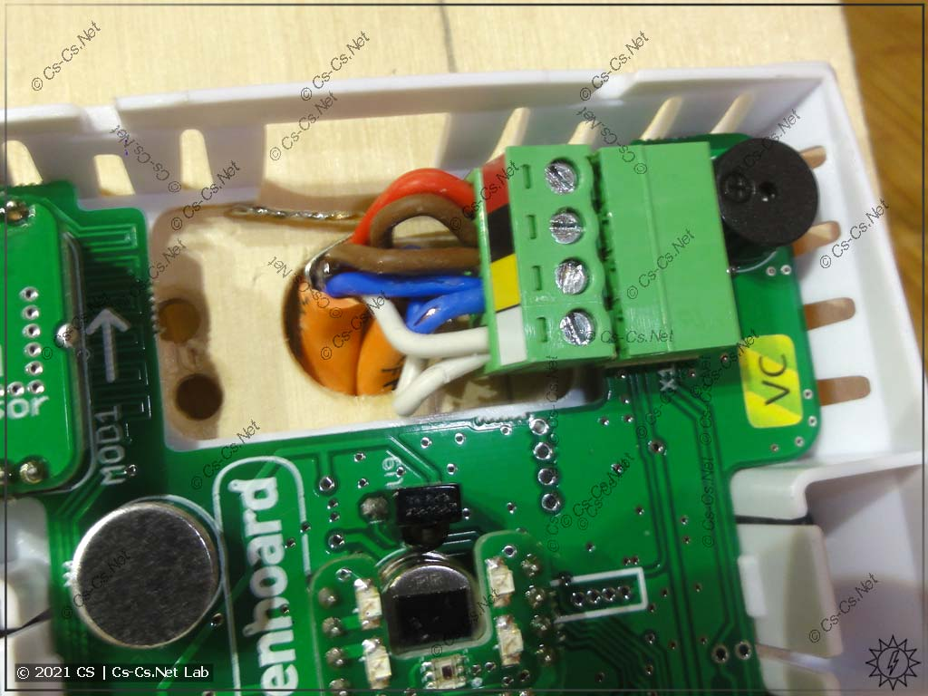 Монтируем датчик WB-MSW v3 на ровную стену: после возни и порчи проводов пинцетом их удалось запихать в разъём