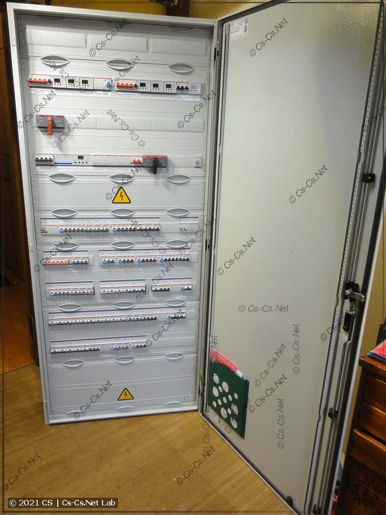 Щит готов к отправке: шкаф собран, дверь навешана, карман для документов приклеен =)