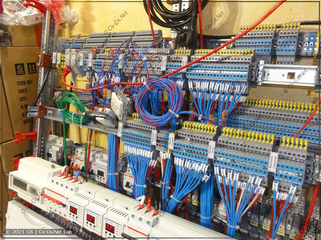 Щит в Питер с ЖК Легенда на ОВЕН СПК: Клеммы для подключения линий (сзади ещё один щит)