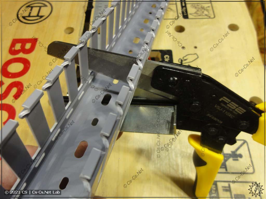 Ножницы для резки кабель-каналов (коробов) с AliExpress: заводим в паз перфокороба