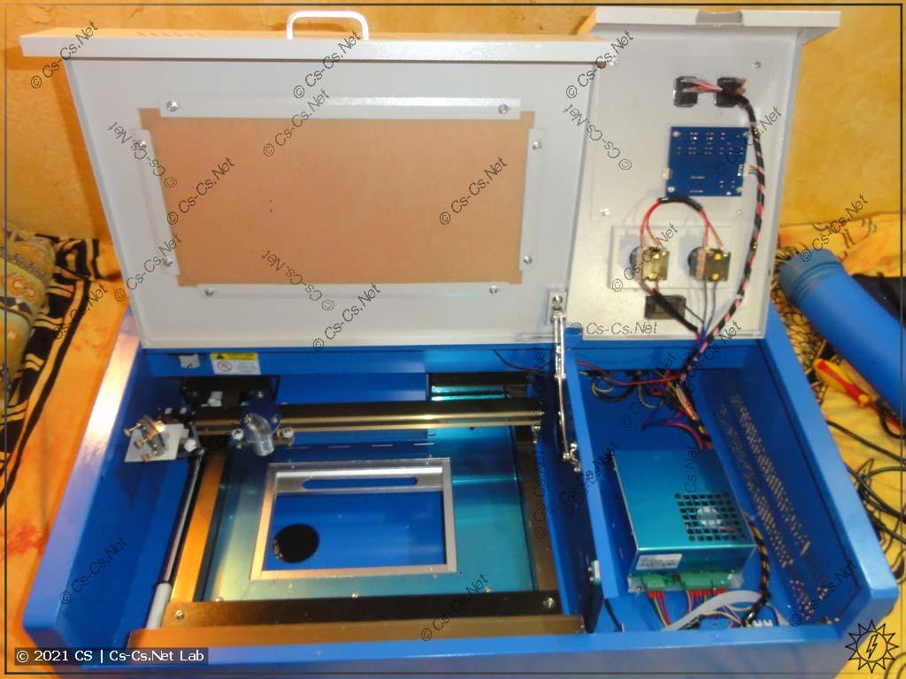 Станок лазерной резки на базе CO2 лазера: открыта дверца рабочего поля и электроники