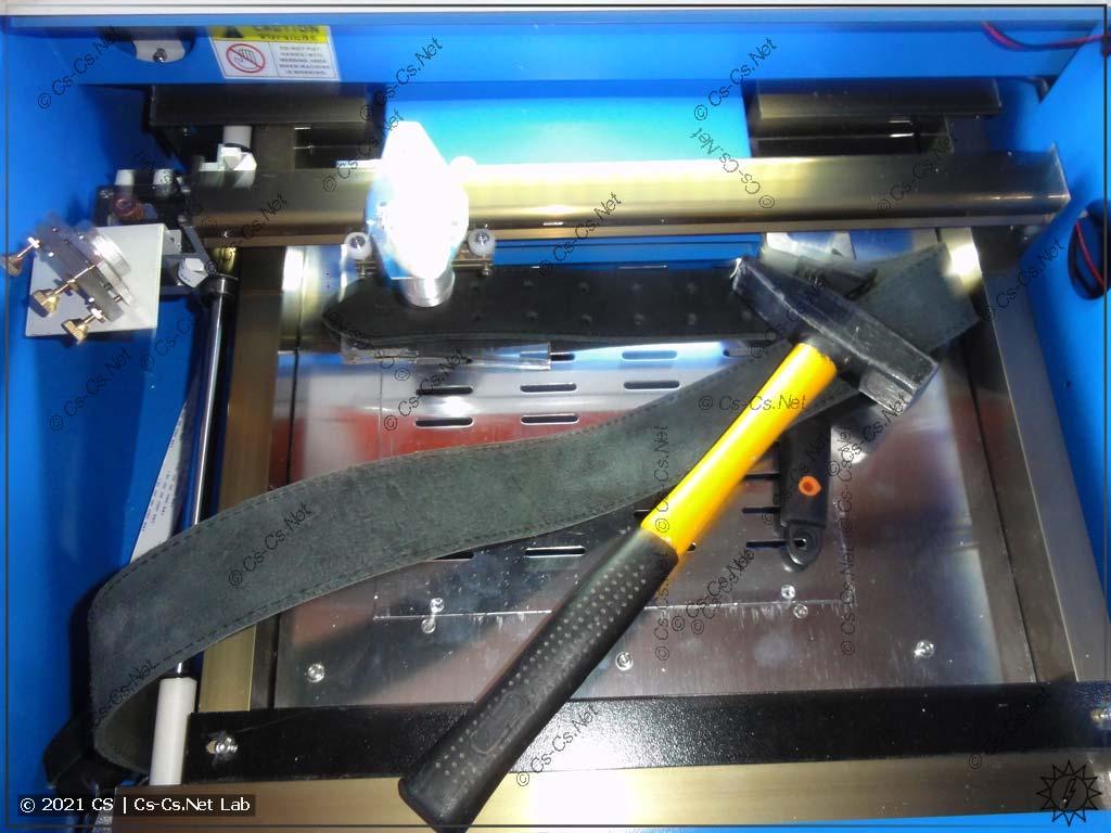 Тестируем CO2 лазер на 40 Вт: заряжаем туда кожаный ремень! И прижимаем молотком и разводником =)